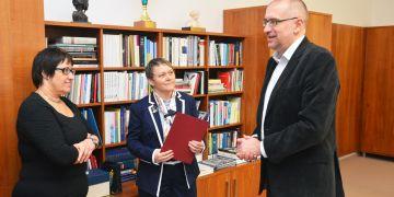 (zleva) Končící děkanka Naděžda Rozehnalová, nastupující děkanka Markéta Selucká a rektor Mikuláš Bek.