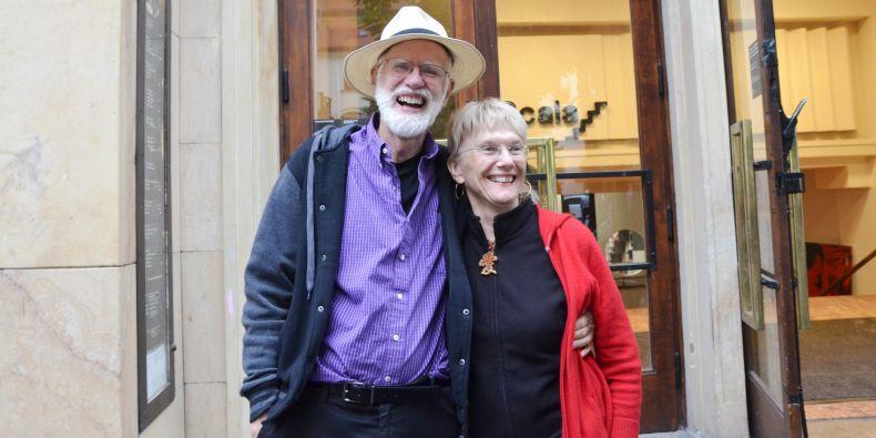 John Travis s manželkou před Univerzitním kinem Scala.