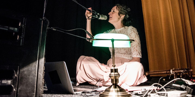 Julia Ulehla přijela svým zpěvem doprovodit projekci sestřihů ze dvou filmů Vladimíra Úlehly.