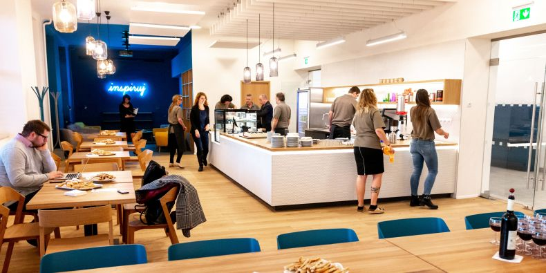 Za vzhledem moderního interiéru, kde dominuje dřevo a žlutá a modrá barva, stojí architektonické studio Čtyřstěn.