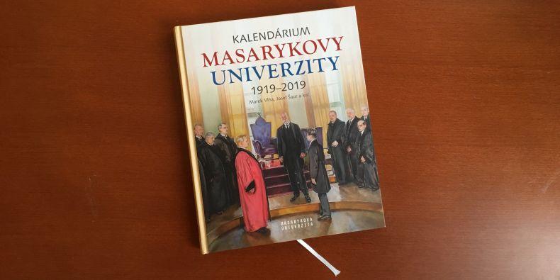 Šestice autorů v knize vyzývá k ohlédnutí se za historií univerzity, jejíž vývoj v mnoha ohledech kopíruje vývoj samostatné republiky.