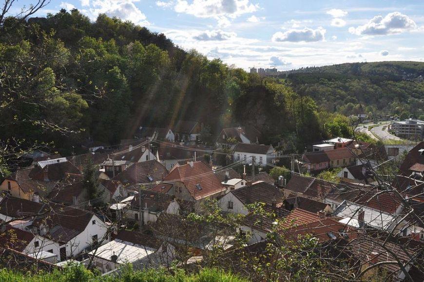 Kamenná kolonie: Půvabná městská čtvrť ukrytá vúdolí Červeného kopce.