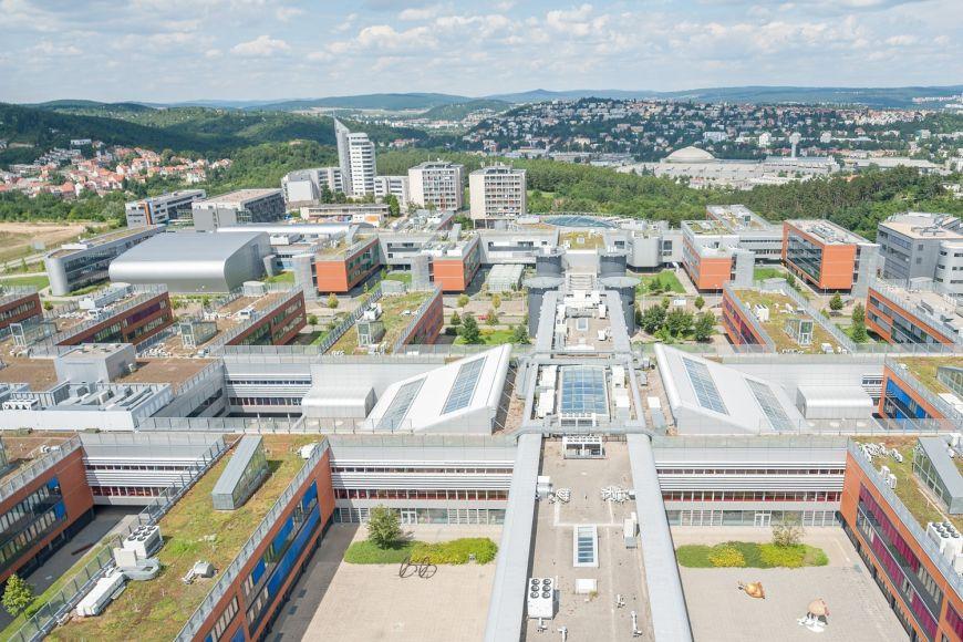 Neustále rostoucí bohunický kampus Masarykovy univerzity smoderními laboratořemi, učebnami izázemím pro studenty.