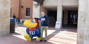 U maskota Kansas University jedině s mikinou z Muni.