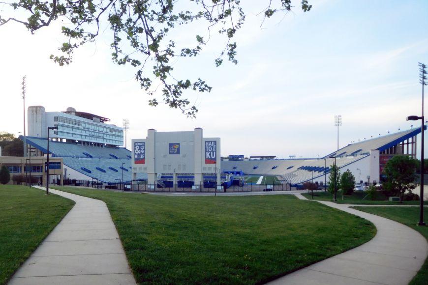 Fotbalový stadion na Kansas Univeristy má kapacitu 50 tisíc lidí.