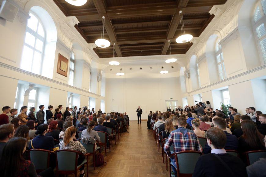 Zaplněná fakultní aula.