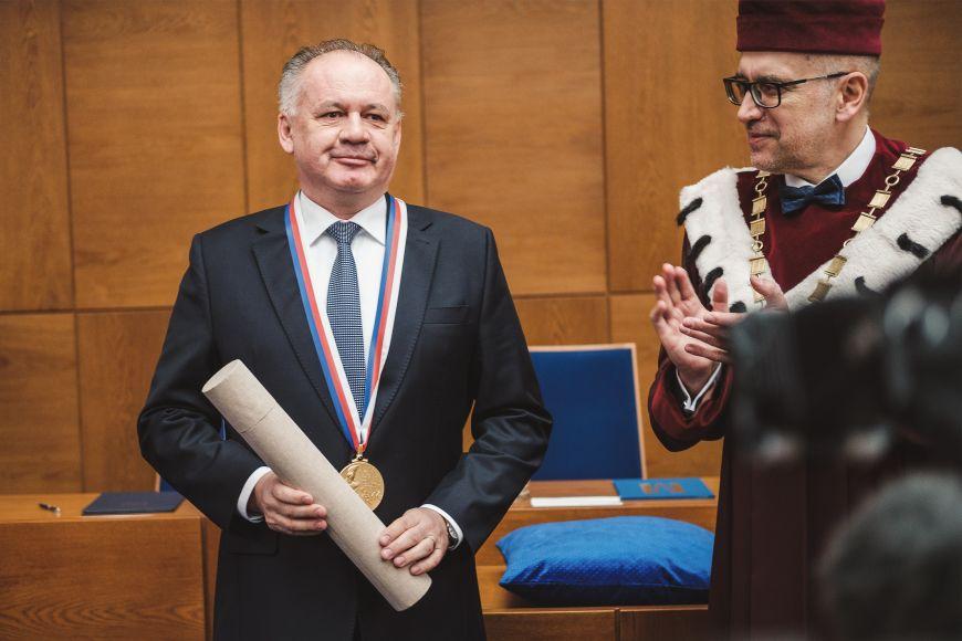 Slovenský prezident Andrej Kiska převzal Velkou zlatou medaili Masarykovy univerzity.
