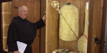 Augustinián Jan Biernat ukazuje dřevěné skříně, které pocházejí ze 17. století, a nově jsou v nich vystaveny vzácné předměty řádu. Jde například o kalichy, korunovační soubory či mitry opatů a převorů.