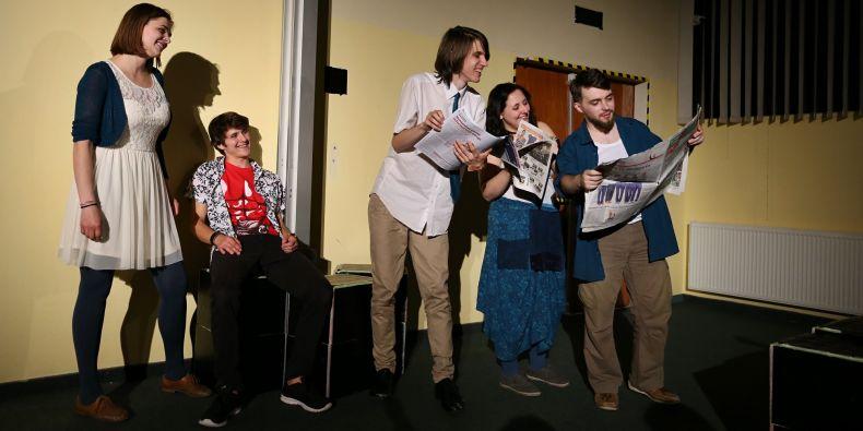 Letos například sestával realizační tým inscenace Klub rváčů z 80 členů, z nichž pouze 20 mělo divadlo zapsáno jako předmět za kredity.