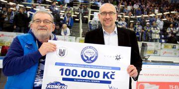Chairman of the Board at Kometa Egbert Zündorf gives a chceck to rector Mikuláš Bek.