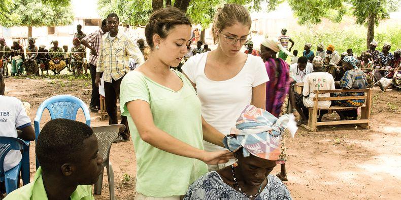 Daniela (vpravo) se s některými nemocemi místních nikdy předtím nesetkala.