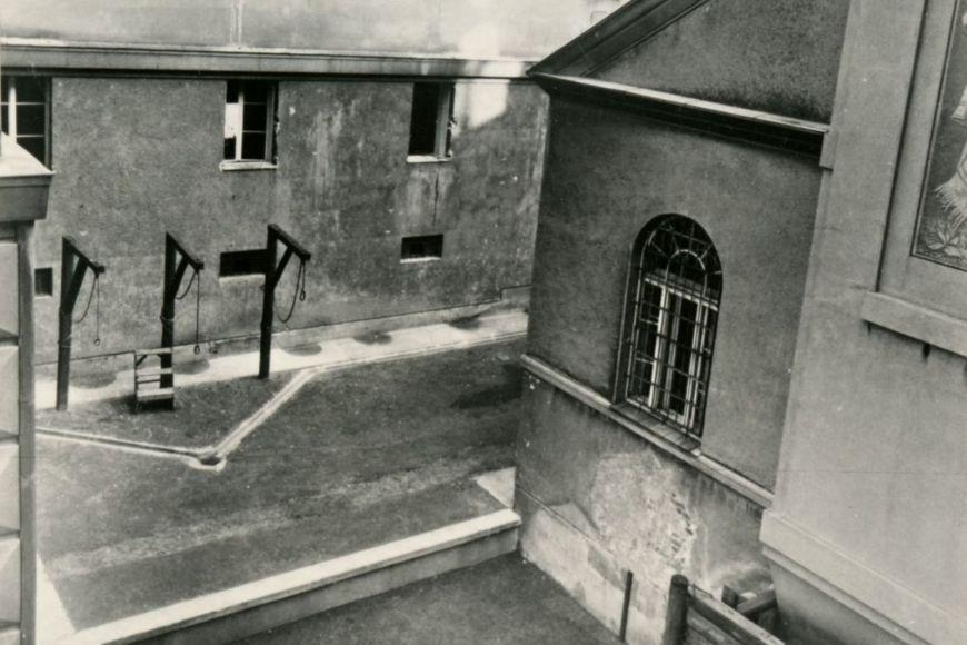 Pohled na popraviště vKounicových kolejích. Snímek je zroku 1945.