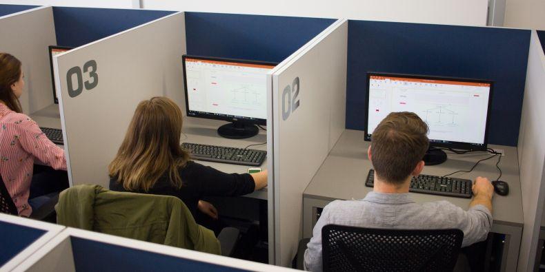 Každý účastník experimentu má svůj oddělený prostor a zároveň musí být možné jeho chování monitorovat.