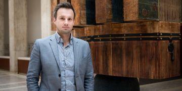 Ladislav Vyhnánek spolu s kolegy nejdřív zmapuje kauzy, které řešilo plénum Ústavního soudu a v nichž se objevila rozdílná stanoviska soudců.