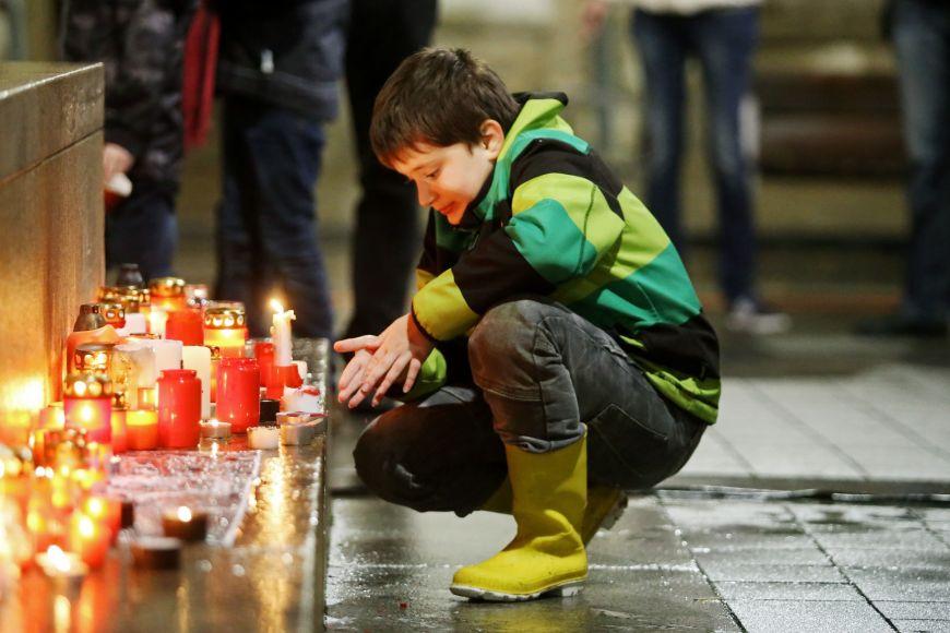 Pietní zapalování svíček na Moravském náměstí.