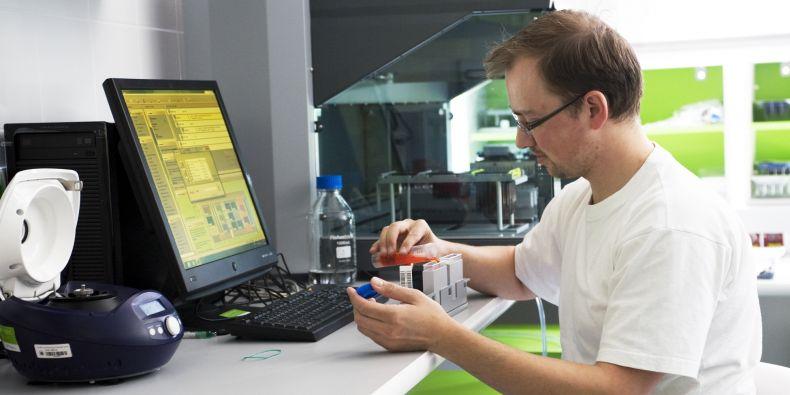 Na analýzách nového případu se podílejí odborníci v laboratořích Ceitecu MU.