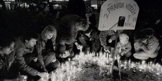 Jeden z prvních projevů protestu, zapalování svíček na náměstí Svobody.