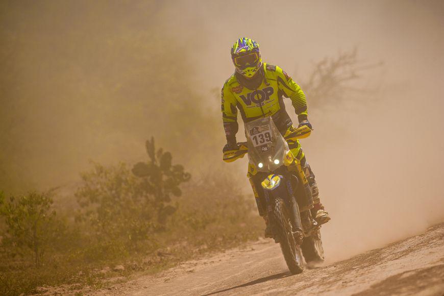 Lukáš Kvapil si už na začátku své jízdy na rallye Dakar všiml motorkáře, který ležel vbezvědomí vnepřehledném úseku tratě. Zastavil, poskytnul mu první pomoc ana tři hodiny přerušil vlastní závod.