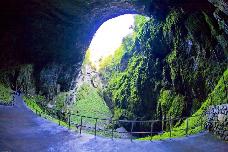 Macocha je největší propastí svého druhu ve střední Evropě. Na její dno se dostanete zPunkevních jeskyní.