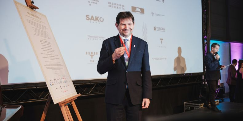 Rektor Masarykovy univerzity Martin Bareš při podpisu memoranda na Festivalu architektury.