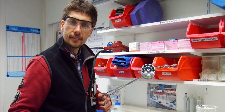 Martin Marek během přípravy vzorků v rámci krystalografického experimentu na kruhovém urychlovači částic (synchtrotronu) ve Villigenu.