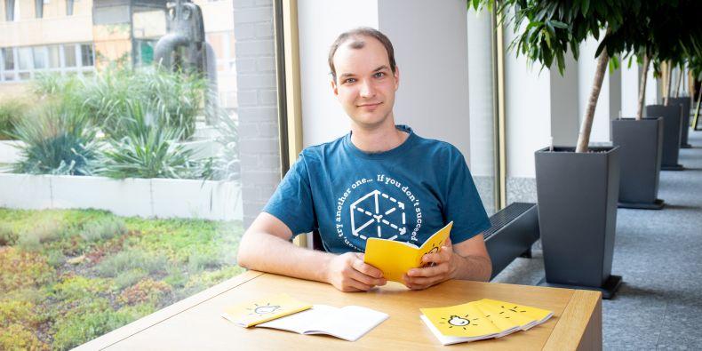 Martin Ukrop s tištěnou verzí refletivního deníku učitele.