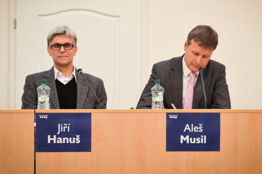 Proti budovaní identity se stavěli historik Jiří Hanuš apracovník Evropské komise Aleš Musil.