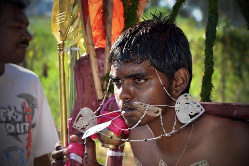 Při celodenním obřadu si muži nechají aplikovat jehly adalší kovové předměty aujmou se pak zdobených kavadi (v překladu břemeno), po kterých se rituál jmenuje.