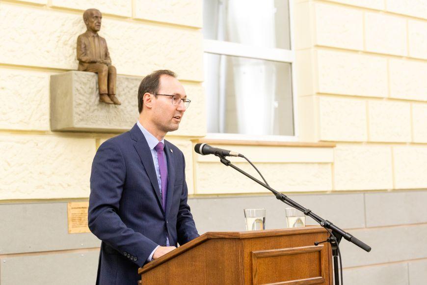 Děkan FSS Břetislav Dančák při úvodním proslovu.