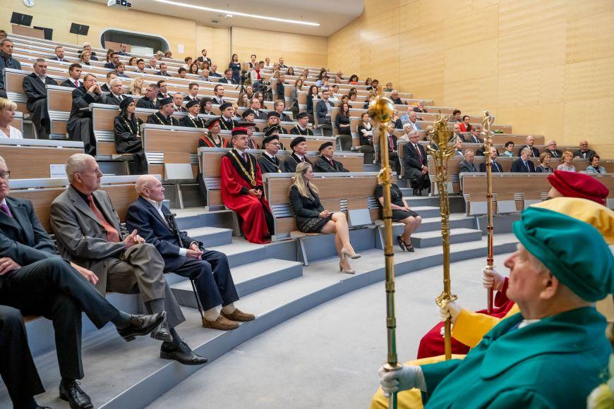 Slavnostního ceremoniálu se vedle členů současného vedení Lékařské fakulty MU nebo členů akademického senátu avědecké rady zúčastnili jako hosté také děkani dalších lékařských fakult zČeska aSlovenska.