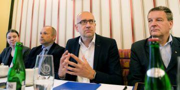 Memorandum o spolupráci podepsali rektor Mikuláš Bek (druhý zprava) a ředitel Diecézní charity Brno Oldřich Haičman (vpravo).