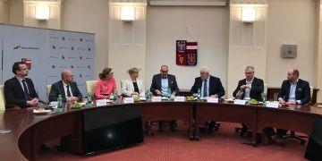 Jednání představitelů Muni a Jihomoravského kraje. Rektor Mikuláš Bek a hejtman Bohumil Šimek sedí uprostřed.