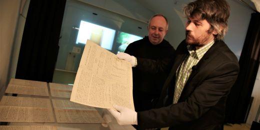 Ředitel muzea Ondřej Dostál a augustinián Jan Biernat s originálem spisu Pokusy s rostlinnými hybridy.