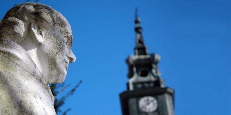 Mendelova socha ve starobrněnském opatství.