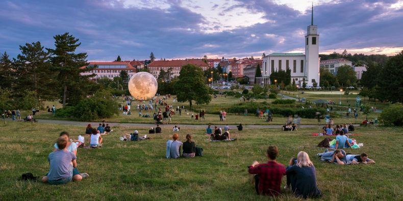 Hvězdárna a planetárium Brno 12. srpna opět vystaví model Měsíce, tentokrát v areálu koupaliště na Kraví hoře.