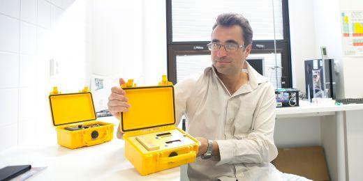 Přístroj vyvinutý týmem Petra Kubáně pracuje na principu reakce metanolu nebo kyseliny mravenčí s reakčním činidlem, při níž se měří změna optických vlastností činidla.
