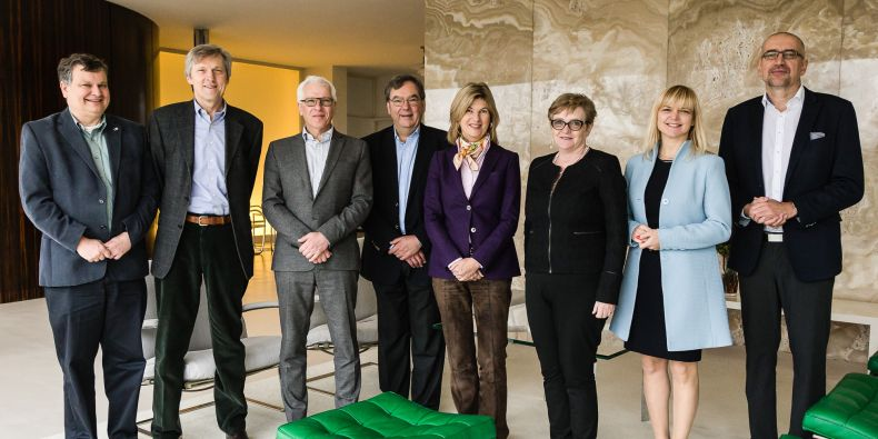 The meeting started at Villa Tugendhat. (from left) Members of the board Thomas Henzinger and Josef Jiřičný, vicerector MU Petr Dvořák, members of the board Peter Williamson a Marie-Janine Calic, secretary of the board Mary O'Connell, bursar Marta Valešová a rector Mikuláš Bek.