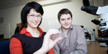 Doktorandi Petra Jakubová a Jakub Haifler pátrají po mikrodiamantech.