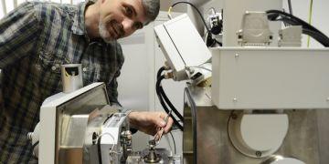 Přístroj je na fakultě umístěn ve speciální místnosti a bude používán při výuce v rámci přednášek z elektronové mikroskopie a ve fyzikálním praktiku. Foto: David Povolný.