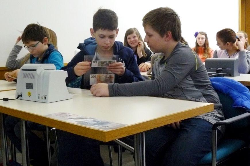 Děti si také mimo jiné vyzkoušely, jak se obsluhují počítačky mincí abankovek.