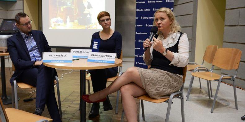Jeden z hlavních bodů programu - beseda o práci moderátorů. (zleva) Petr Kubásek, sportovní redaktor a moderátor ČT, Barbora Šichanová, vedoucí moderátorů Radia Wave, a Pavlína Kvapilová, dříve moderátorka ČT.