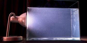 Domácí experiment s rozptylem světla simulující oblohu. Návod najdete v článku.