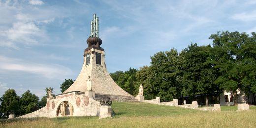 První mírový památník v Evropě postavený na místě vítězství Francouzů nad Rakušany a Rusy připomíná padlé vojáky v legendární bitvě tří císařů v roce 1805.