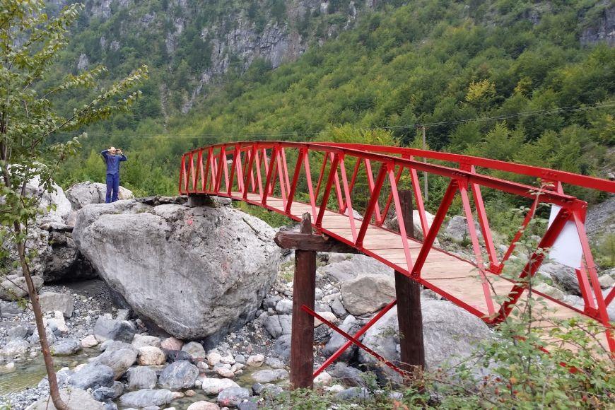 Dobrovolníci na místo dopravili iželezný most apak ho tam postavili.