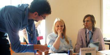 Většina delegátů sedí za notebooky v obležení energetických nápojů a kelímků s kávou. Není se co divit, mají už jen necelé dva dny na to, aby se společně usnesli na společném postoji k situaci v Sýrii.. Foto: Hana Krhovská.