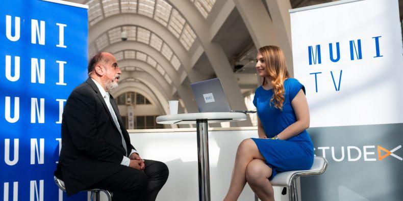 Oceněný absolvent Lékařské fakulty MU a expert na soudní lékařství Miroslav Hirt v rozhovoru s moderátorkou Muni TV Andreou Čandovou.