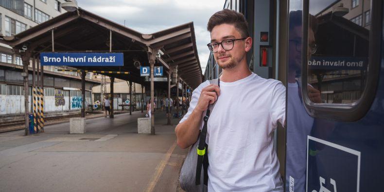 Při nákupu jízdenky u přepážky, v automatu či online stačí vybrat či nahlásit studentské jízdné, zaplatit příslušnou sníženou cenu a ve vlaku nebo autobusu se pak prokázat ISICem.
