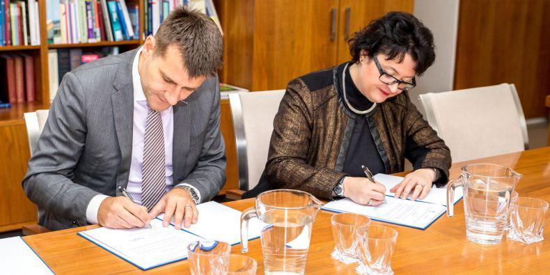 Ředitel státního podniku Nakit Alan Ilczyszyn a prorektorka MU pro rozvoj Markéta Pitrová při podpisu memoranda.
