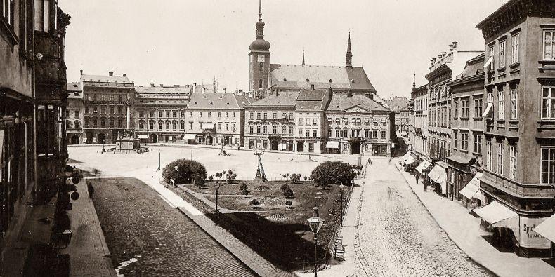 Populární snímek ukazuje náměstí Svobody kolem roku 1890.