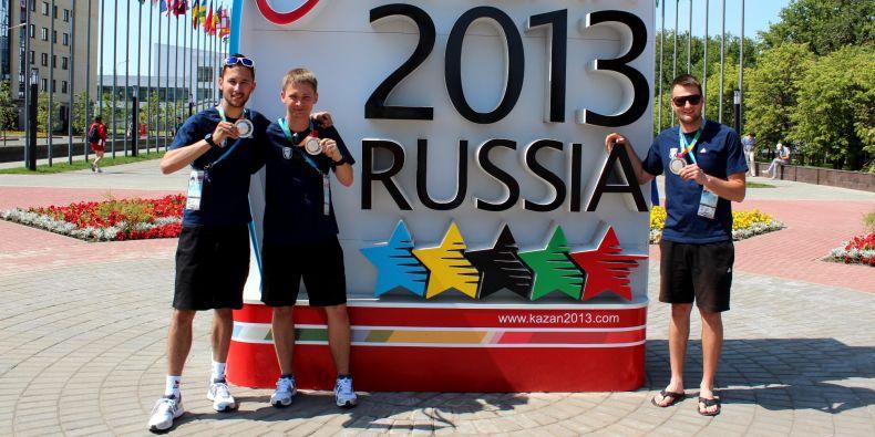Stříbrnou medaili si z Ruska dovezl reprezentant ve sportovní střelbě Radim Sedláček (zcela vlevo).